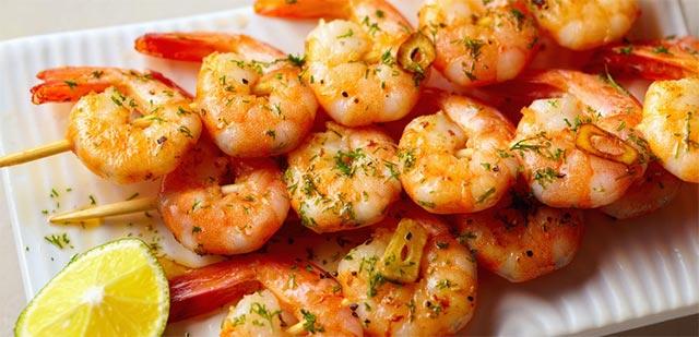 Brochettes de crevettes avec marinade à l'ail et au citron